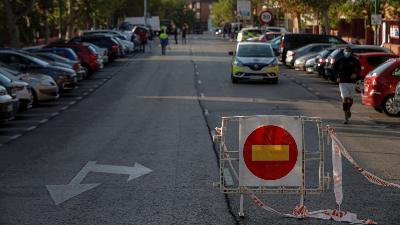 Una señal de prohibido el paso colocada junto a una patrulla de la policía local en la calle Miraflores de la localidad madrileña de Alcobendas