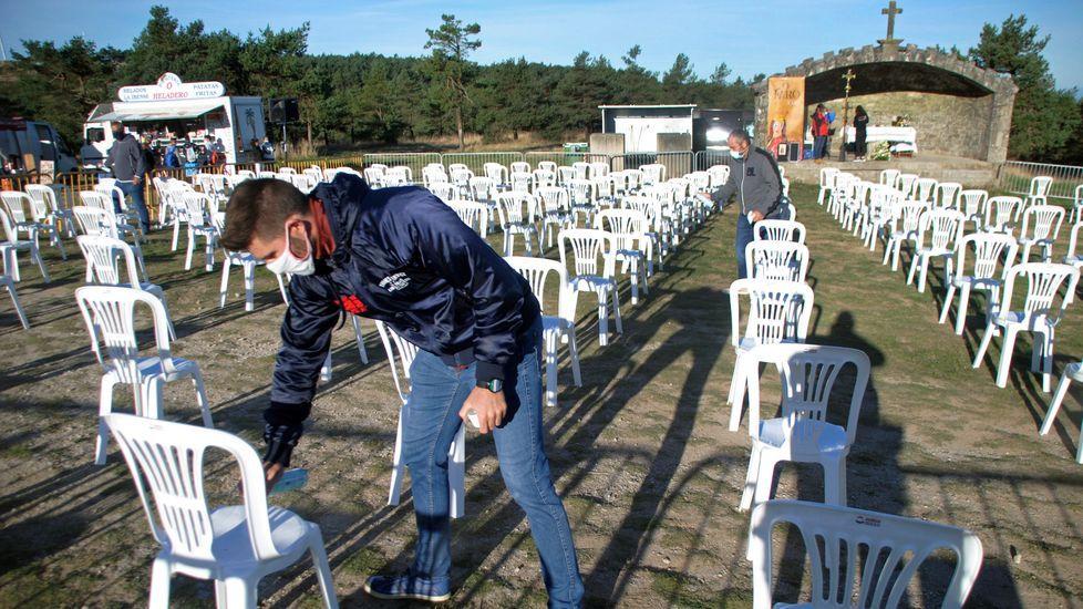 Voluntarios limpiaron con desinfectante las sillas después de cada una de las misas