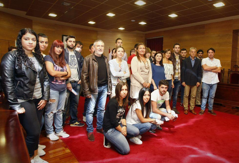 Los alumnos posaron con las autoridades durante la presentación celebrada en el Concello.