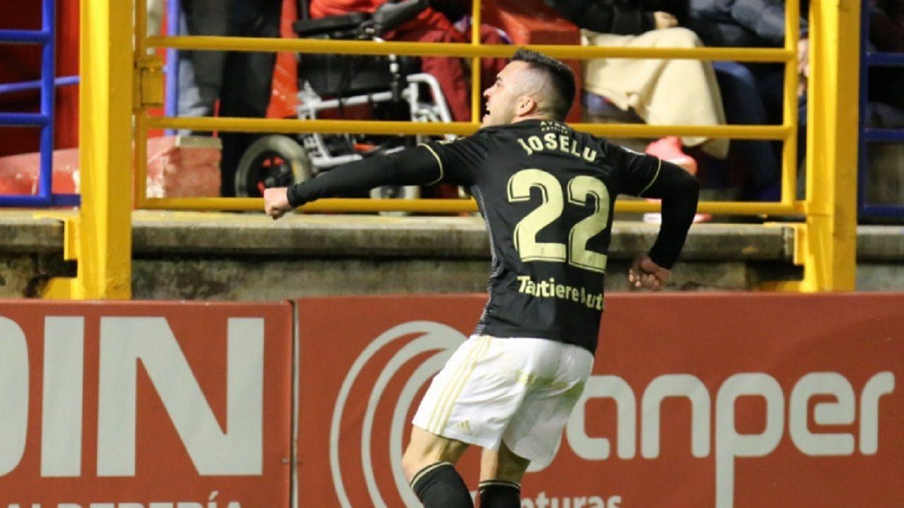 Gol Joselu Extremadura Real Oviedo Francisco de la Hera.Joselu celebra el primer gol oviedista ante el Extremadura