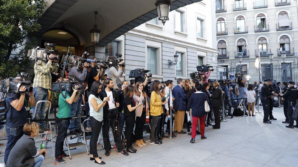 Numerosos periodistas en la entrada del Congreso de los Diputados para seguir el debate de investidura