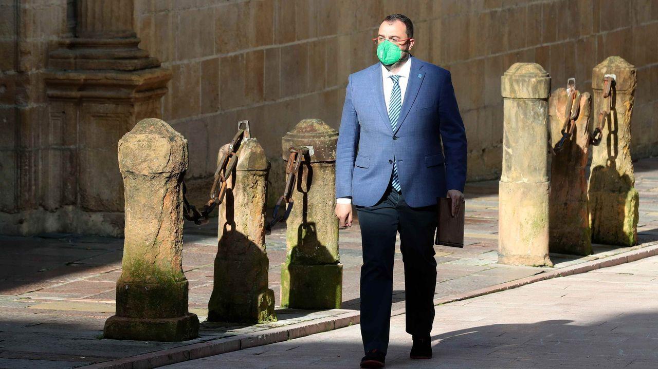eu.Adrián Barbón a su llegada a una reunión del Consejo de Gobierno celebrada en el Palacio del Conde de Toreno