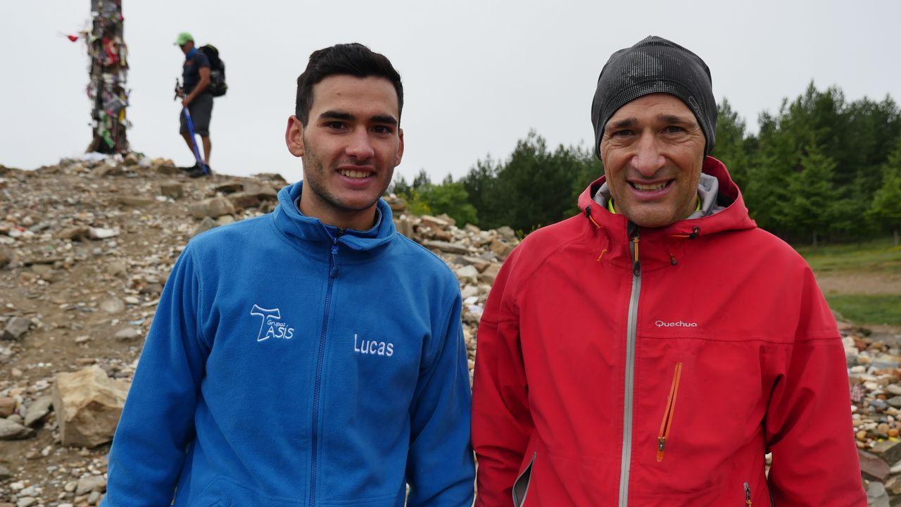 Lucas y Luis, ante la cruz de Fierro