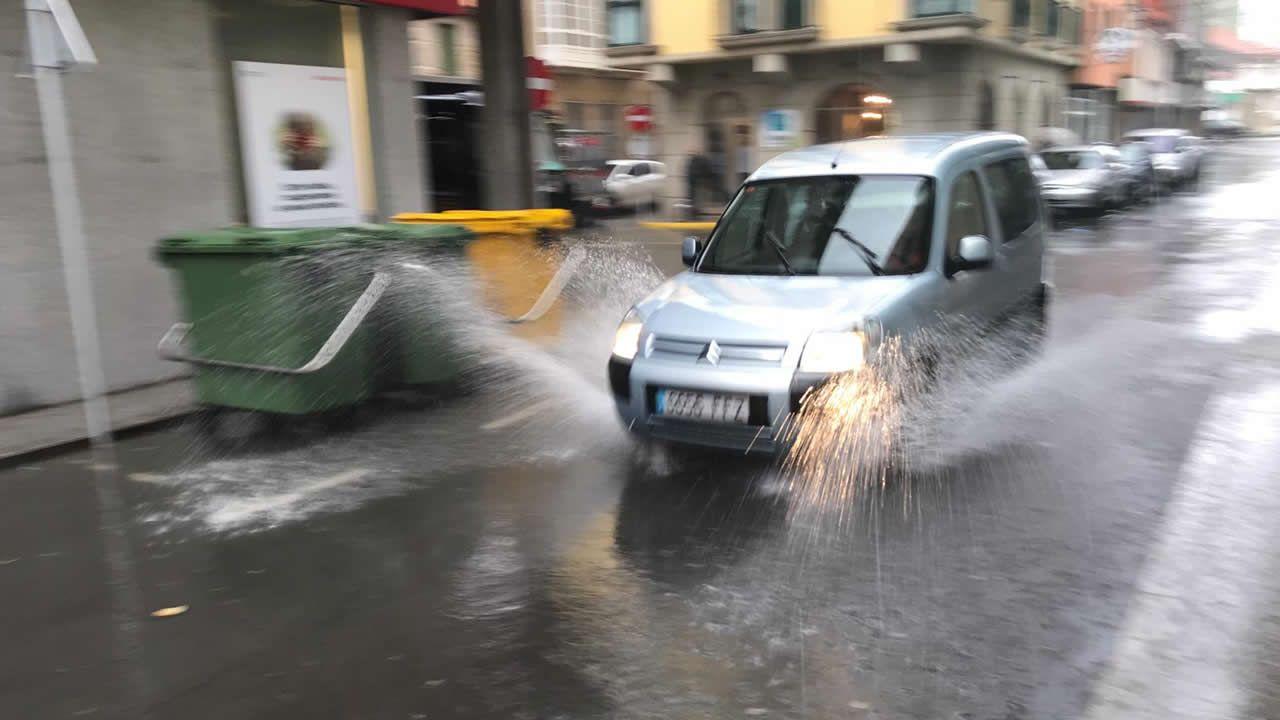 Río desbordado a su paso por Torelo, en Vimianzo.La calle Real de Muxía completamente inundada a causa de las fuertes lluvias