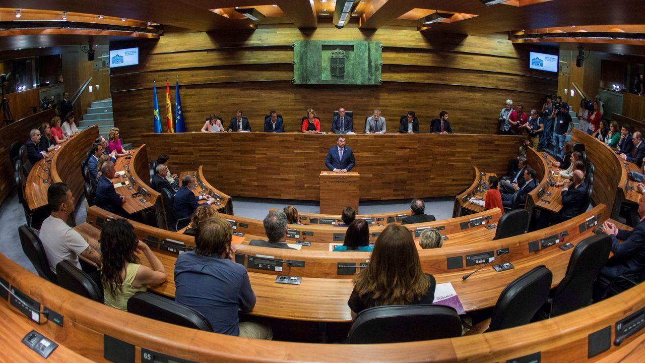 El socialista Adrián Barbón (c) ha sido elegido presidente del Principado de Asturias