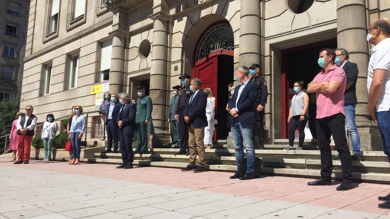 Concentración y minuto de silencio en recuerdo de las víctimas del coronavirus ante la Subdelegación del Gobierno en Ourense