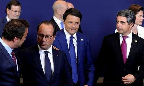 El luxemburgués Xavier Bettel conversa con el presidente Hollande, en presencia del primer ministro italiano, Matteo Renzi, y el presidente de Bulgaria, Rosen Plevneliev.