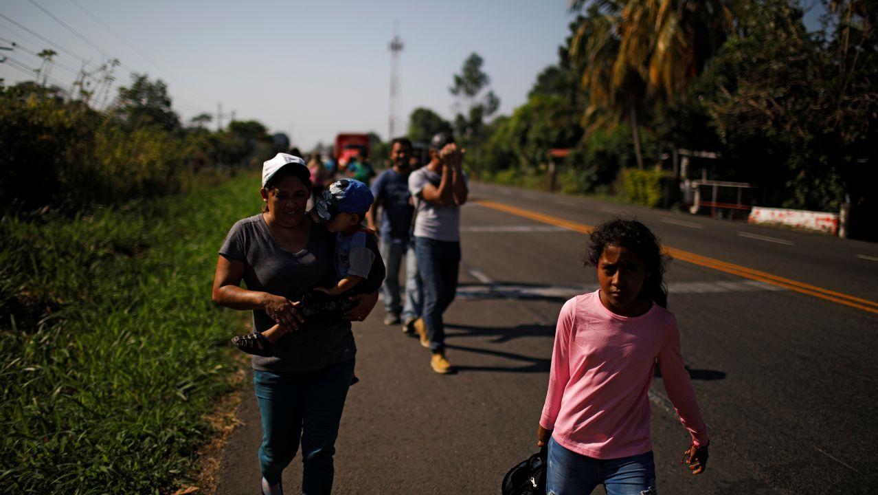 Un grupo de migrantes procedentes de Honduras caminan por una carretera en Frontera Hidalgo (México) en dirección a Estados Unidos