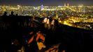 Tres jóvenes se sacan un selfie con Barcelona de fondo