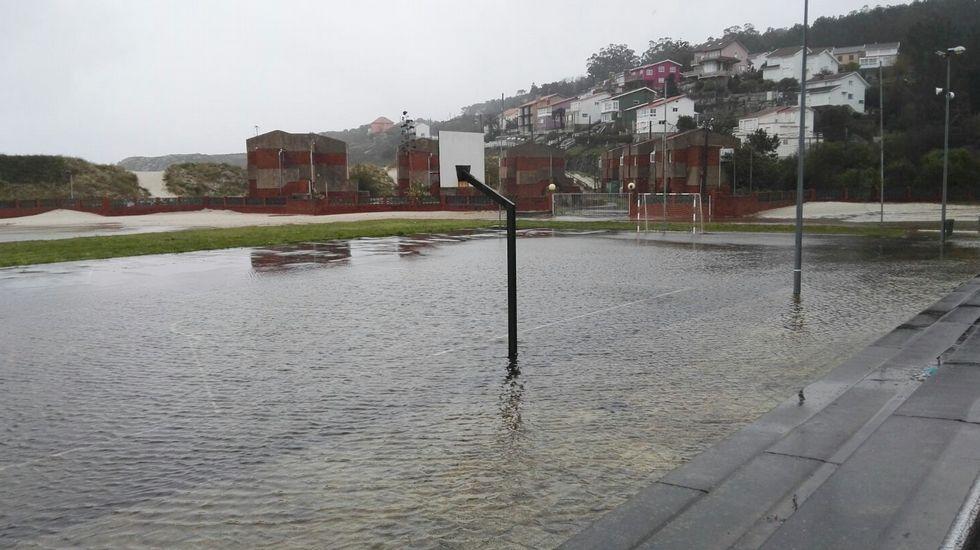Inundación en el patio del colegio Cabo da Area en Laxe.