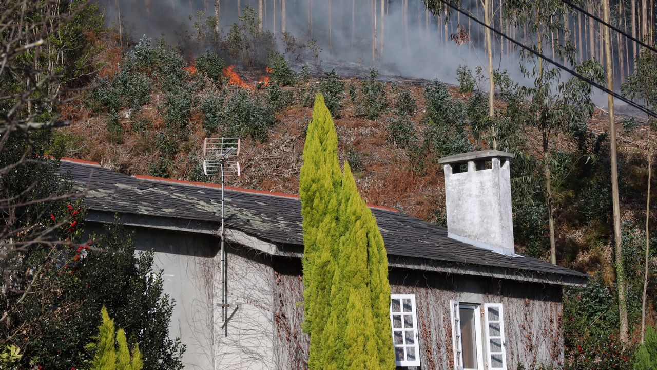 Una quema forestal autorizada provoca un incendio en Suegos. Viveiro.Imagen del coche calcinado tras la caída