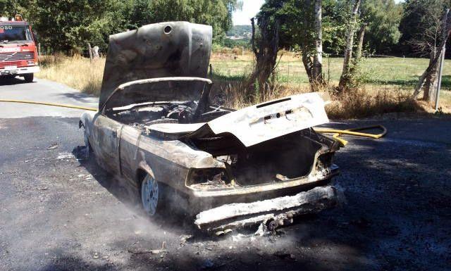 Uno de los vehículos que apareció quemado fue un BMW descapotable.