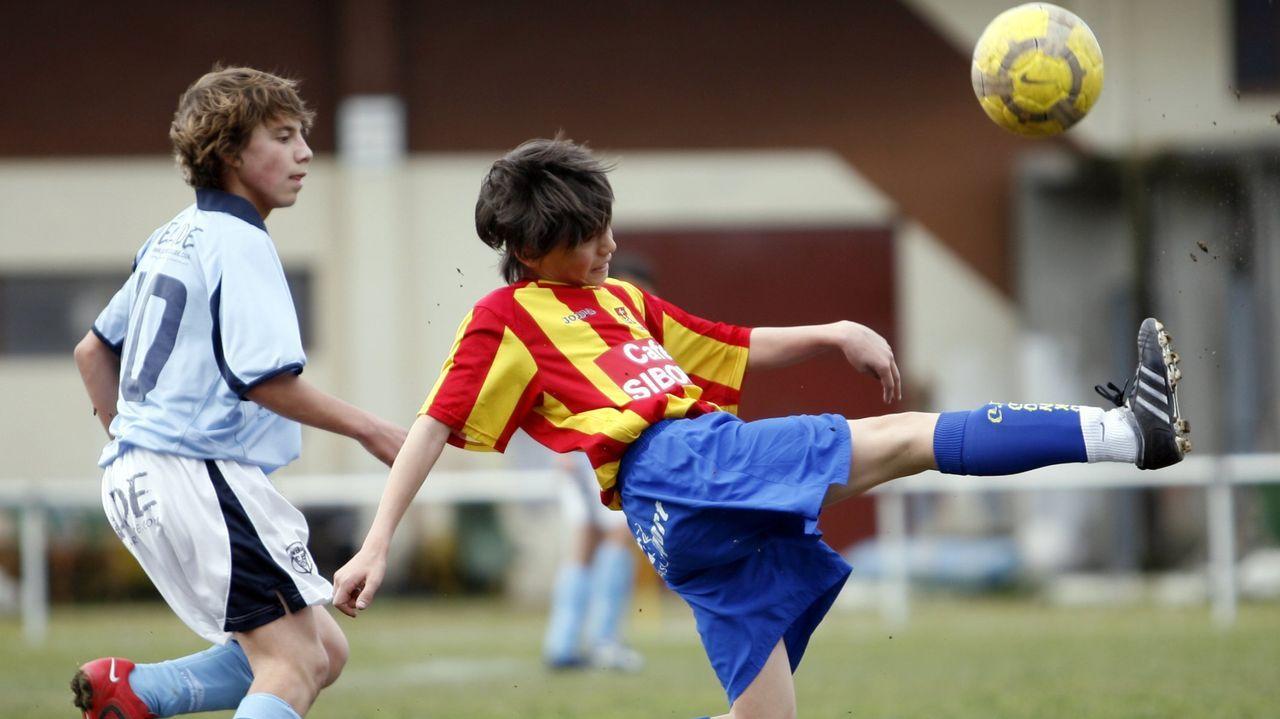 A la izquierda, el futbolista burelense con el Viveiro infantil, en el 2010