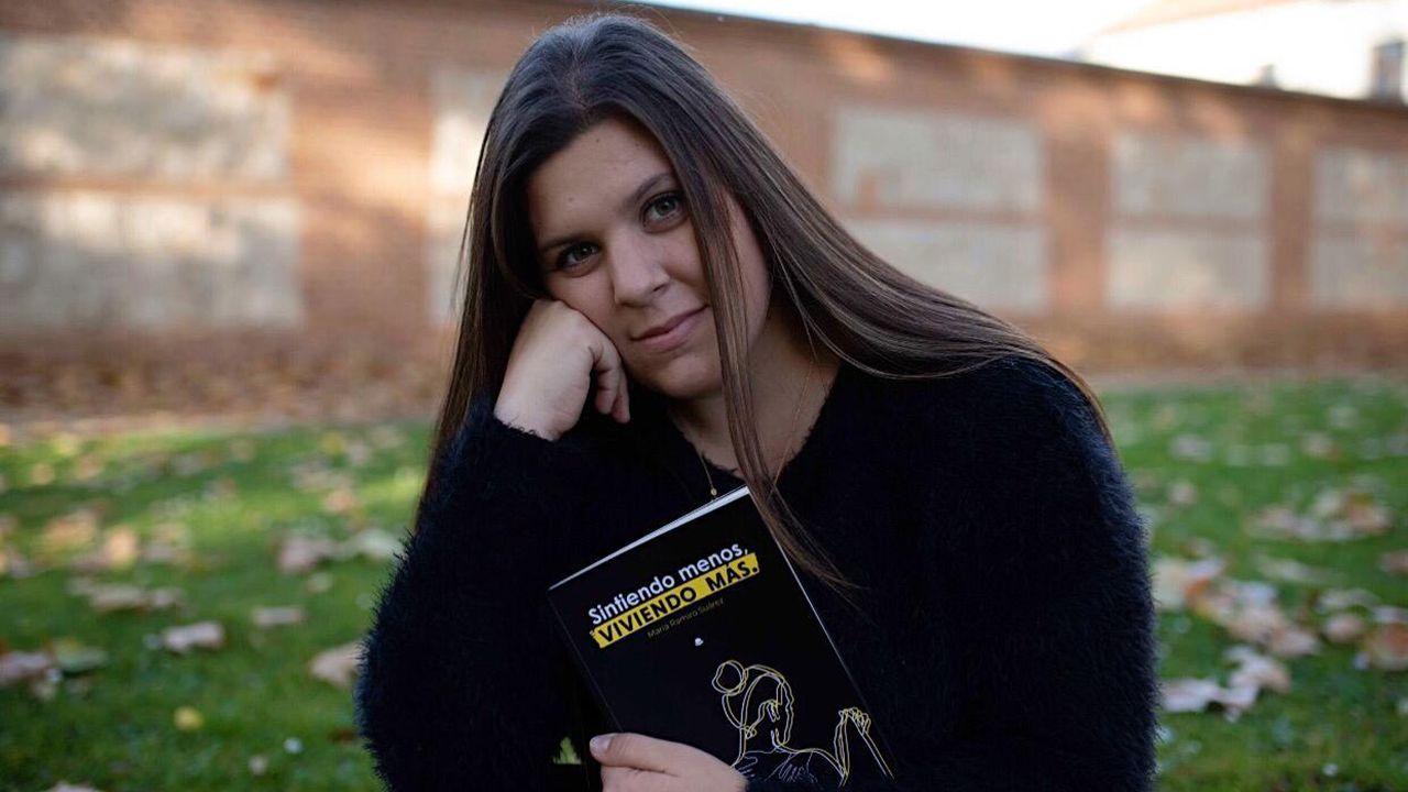 María Ramiro con su libro «Sintiendo menos, viviendo más»