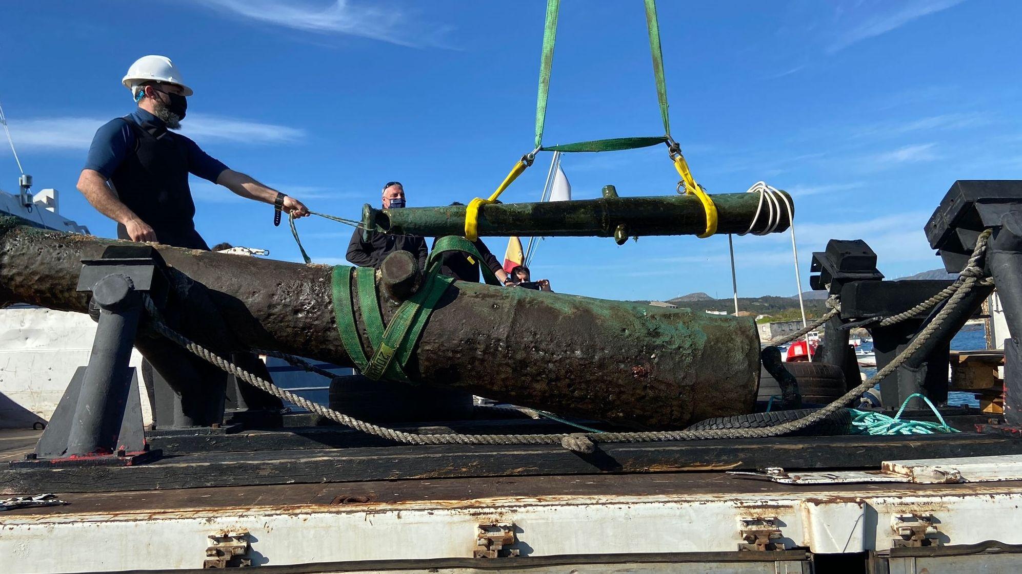 Uno de los cañones al llegar al puerto de Corrubedo