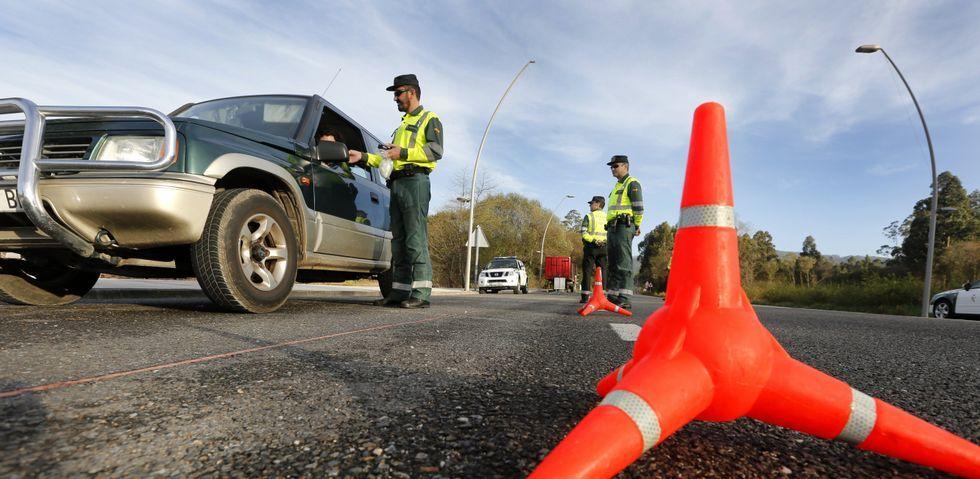Una patrulla de motoristas durante un control de alcoholemia realizado en Xove la semana pasada.