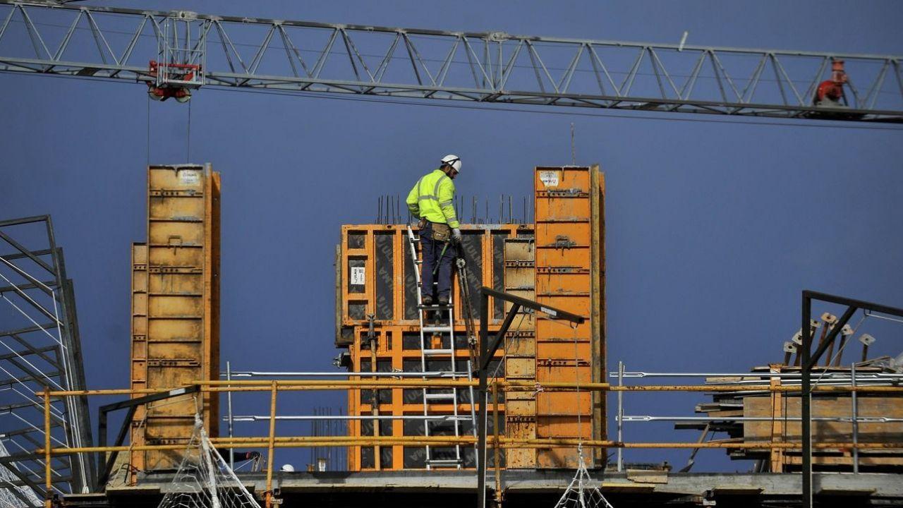 construcción trabajadores.El aplauso de las ocho, en un barrio de Gijón
