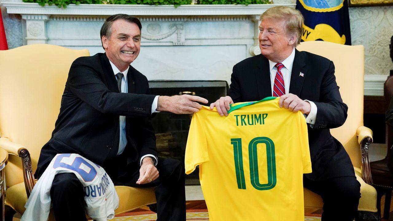 Despedida de la F-102 en el Asenal Militar de Ferrol.Bolsonaro consideró un placer entregar a su colega la camiseta que «simboliza al mejor jugador de todos los tiempos, Pelé»