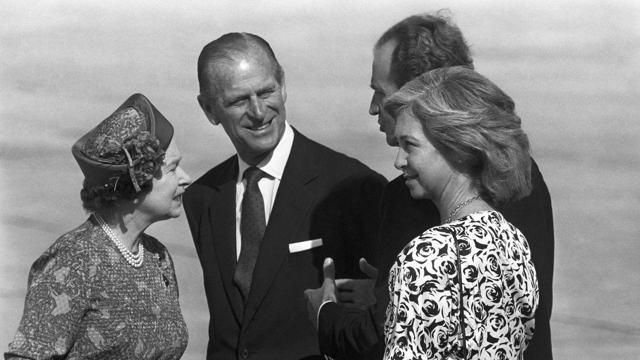 El duque de Edimburgo junto a la reina Isabel II y los reyes de España Juan Carlos y Sofía en el aeropuerto de Son San Juan, al término de una visita de Estado en España en 1998