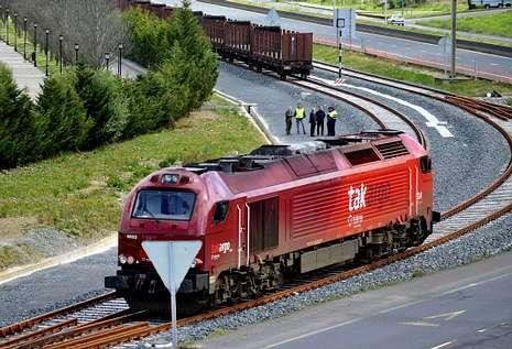 En la imagen, un convoy accediendo al muelle interior, que sí tiene enlace ferroviario.