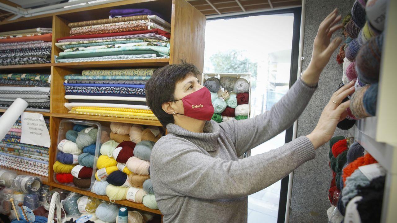 M. J. Buceta trabaja con Araceli Gago en sus establecimientos de mercería