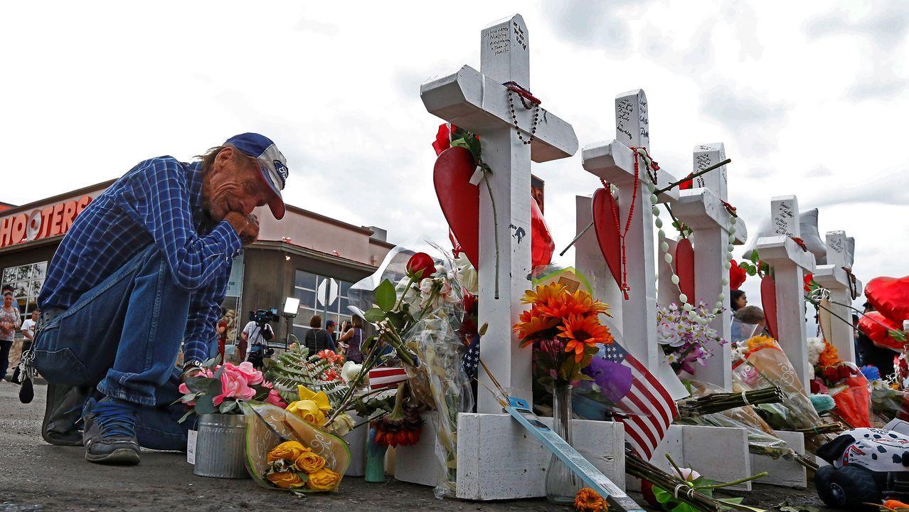 Trump visita El Paso y Dayton en medio de protestas.Cruces de madera ante el centro comercial de El Paso en homenaje a todas las víctimas