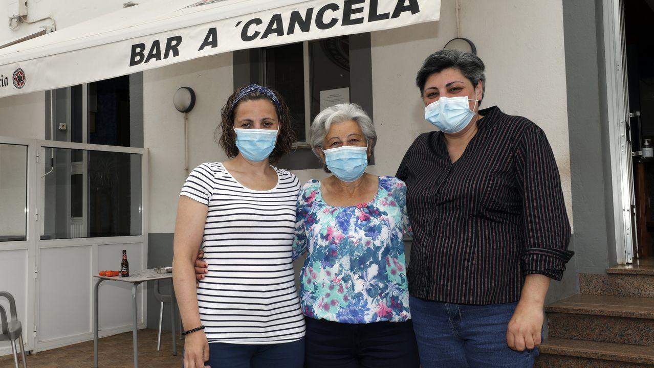 Antonia, coas súas fillas Ana e Amparo, no bar A Cancela, de Morás