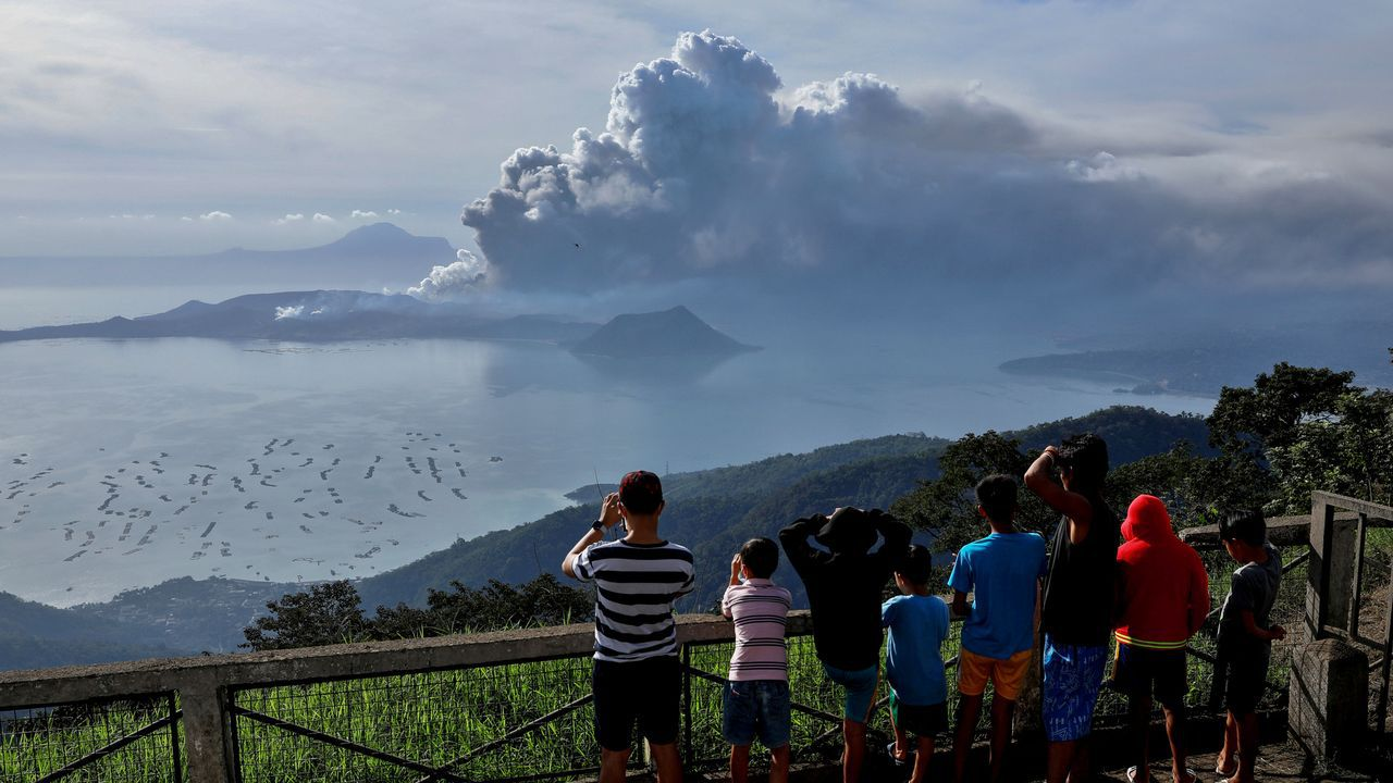 La erupción del Taal comenzó el domingo y la madrugada de lunes ya escupió lava