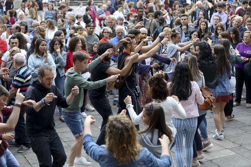 Os da Porfía, música y baile en A Quintana.Turistas en la plaza de Obradoiro protegiéndose del sol