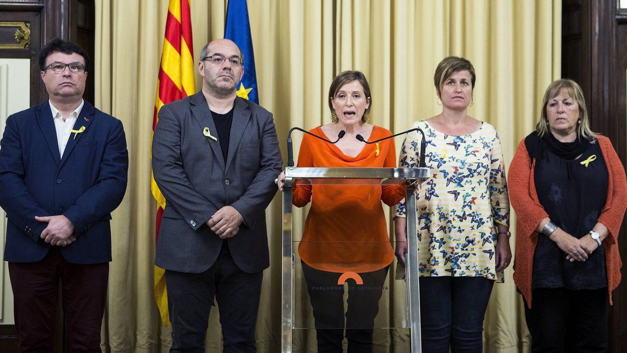 Los miembros de la Mesa, Joan Josep Nuet (i) Lluis Guinó (2i) Anna Simó (2d) y Ramona Barrufet (d), acompañan a Carme Forcadell, en el centro, actualmente en prisión