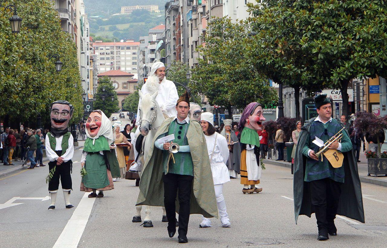 El heraldo de La Balesquida, en la calle Uría de Oviedo