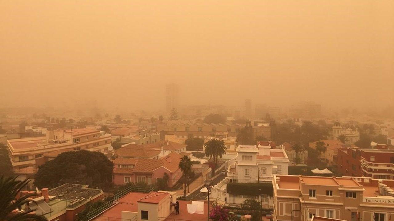 La calima complica la circulación y el tráfico aéreo en Canarias.La densa y molesta calima (viento con arena en suspensión) procede del Sáhara