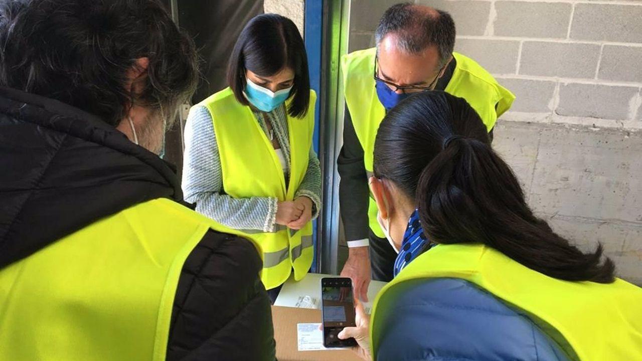 La ministra de Sanidad, Carolina Darias, y el consejero de Salud, Pablo Fernández Muñiz, recibe un nuevo cargamento de vacunas contra la COVID-19 de Pfizer