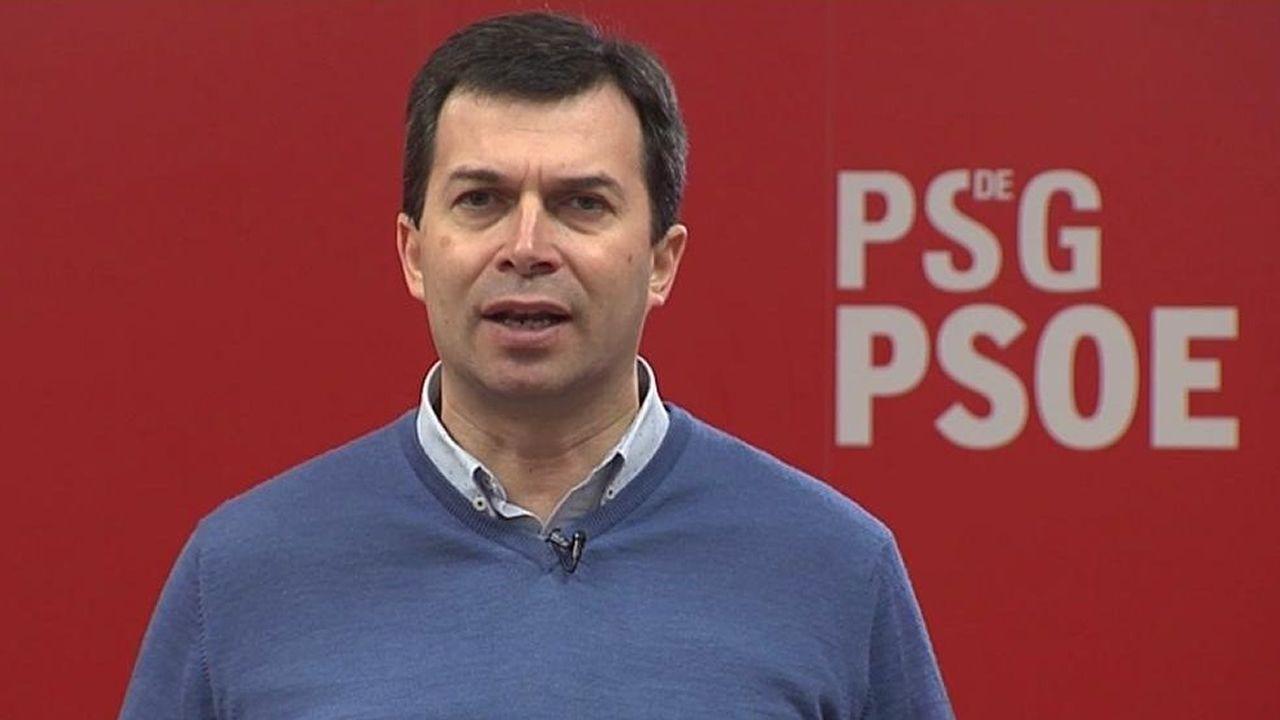 La representante de una mesa electoral en Francia en la primera vuelta de las municipales, el 15 de marzo