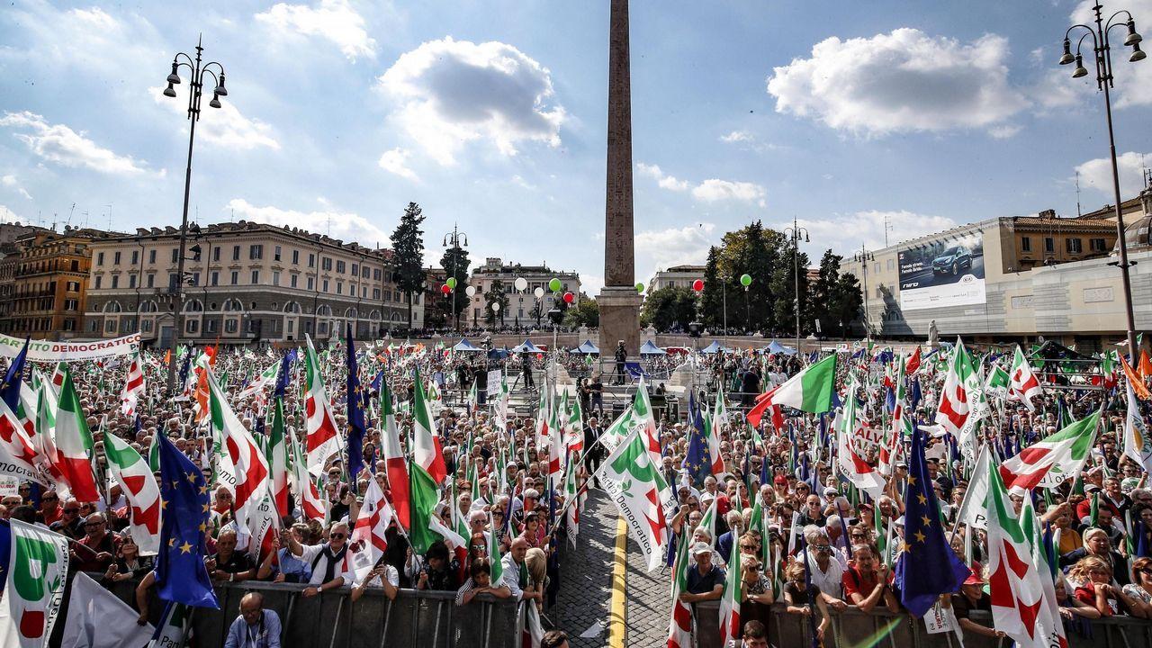 La plaza del Popolo de Roma se llena de banderas y gritos contra el Gobierno populista