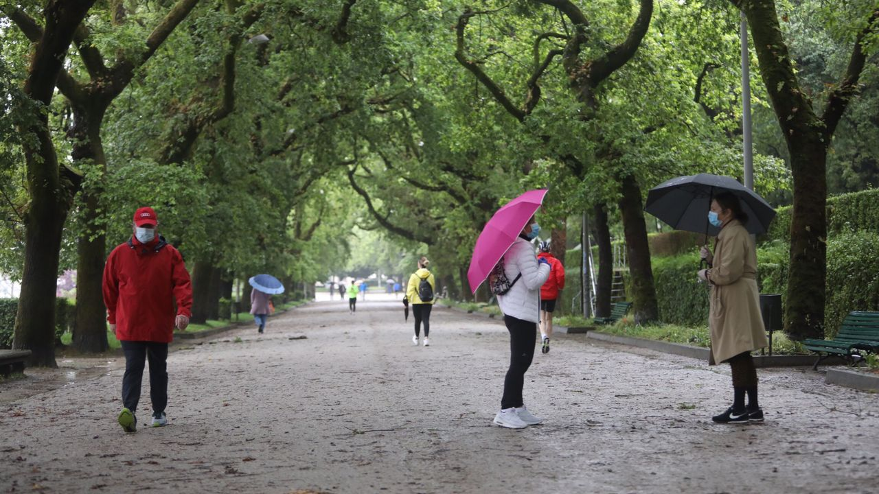 Gente caminando o haciendo deporte por la Alameda compostelana