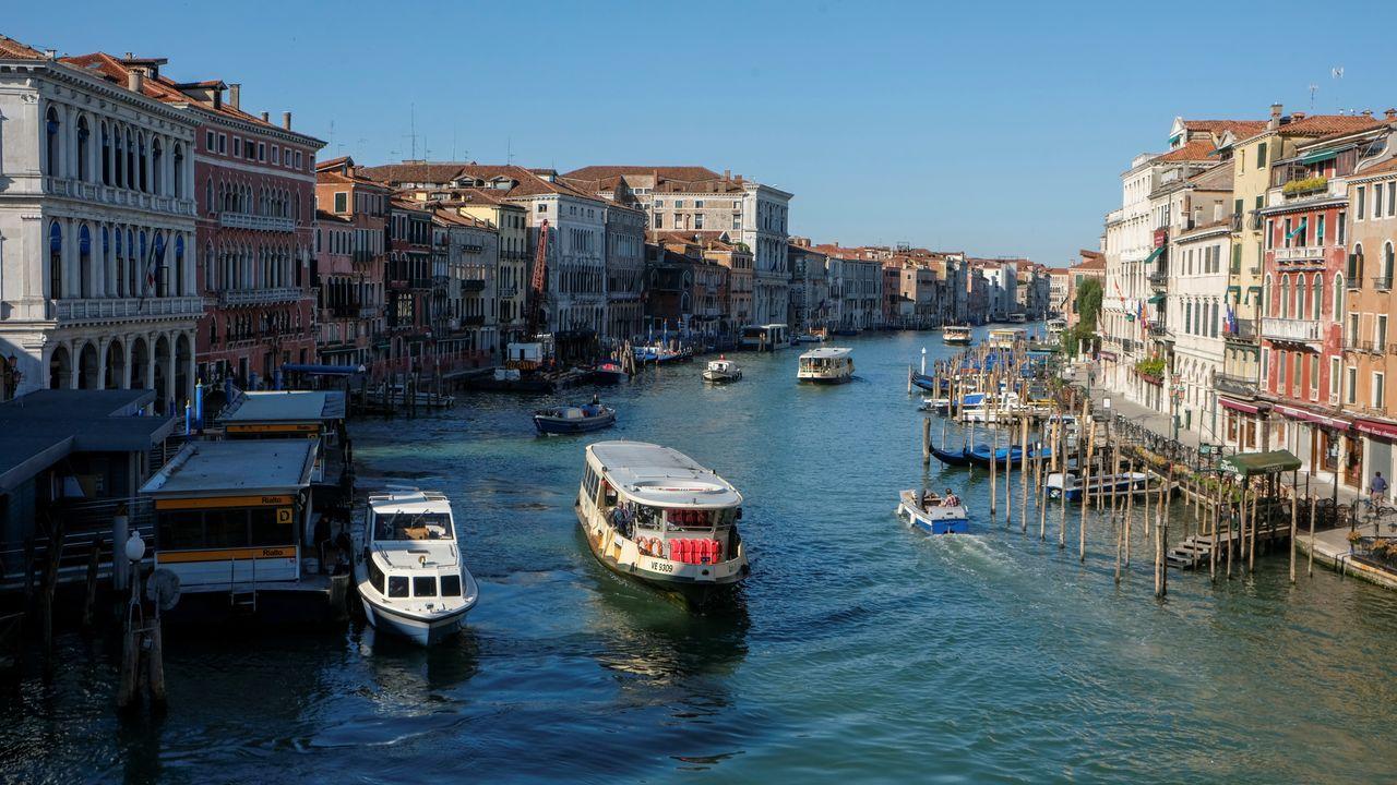 El Gran Canal de Venecia comienza a recuperar cierto movimiento