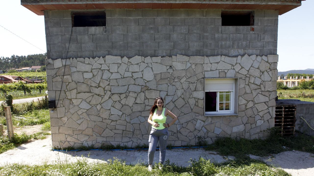 Ana González, en su despacho de la alcaldía, con la bahía de San Lorenzo como fondo