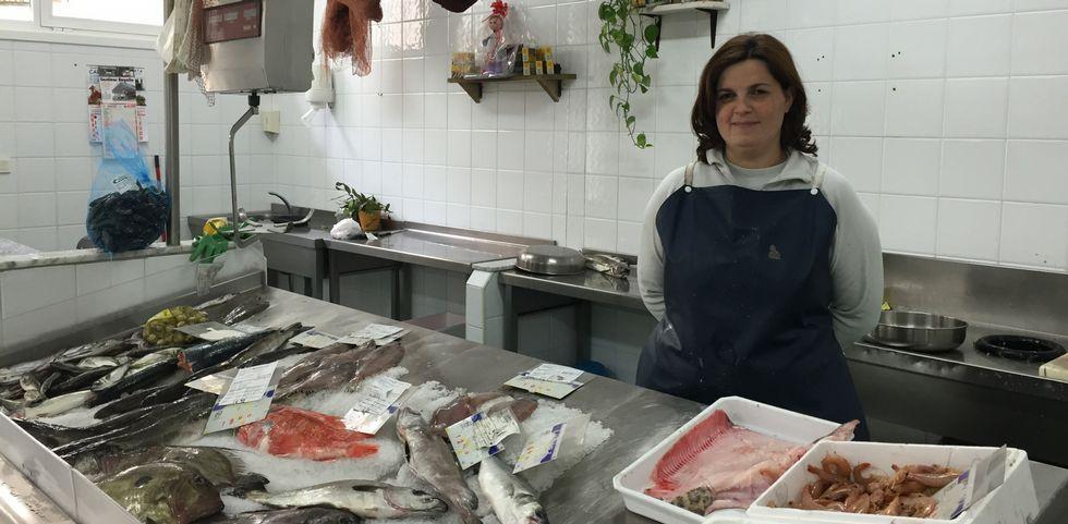 Tania Rodríguez heredó el puesto de pescado de su madre tras la jubilación de esta.