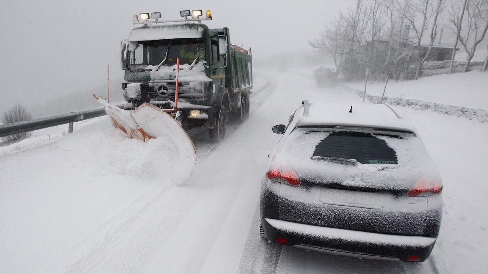 La nieve cubre de blanco las zonas altas de Galicia.La calle Pastor Díaz sigue siendo el tramo comercial con los precios más caros de alquiler de todo el municipio de Viveiro.