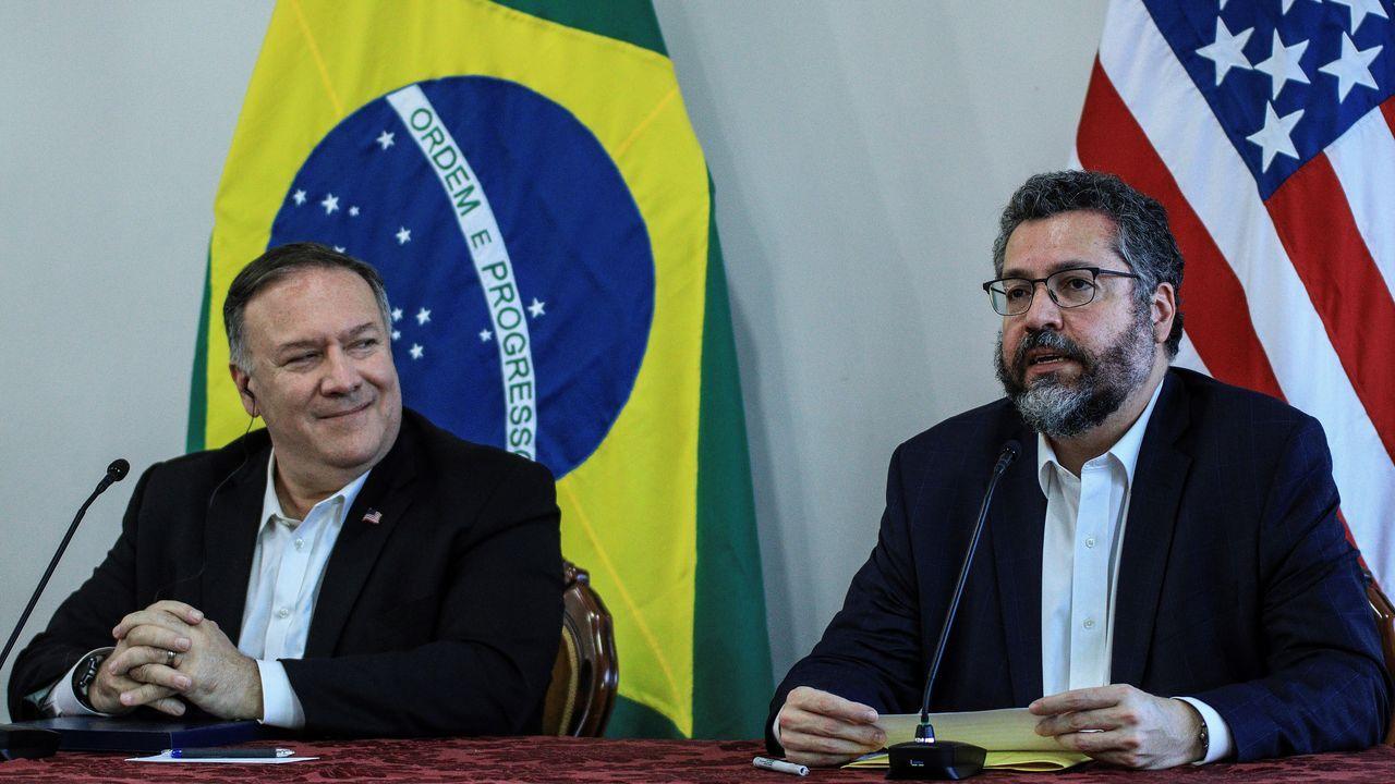 El secretario de Estado de EEUU, Mike Pompeo, y el canciller brasileño, Ernesto Araújo, ofreciendo una rueda de prensa en Pacaraima (Brasil)
