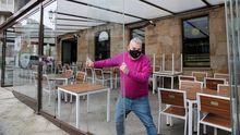 Preparación de las terrazas en un local de Ribeira