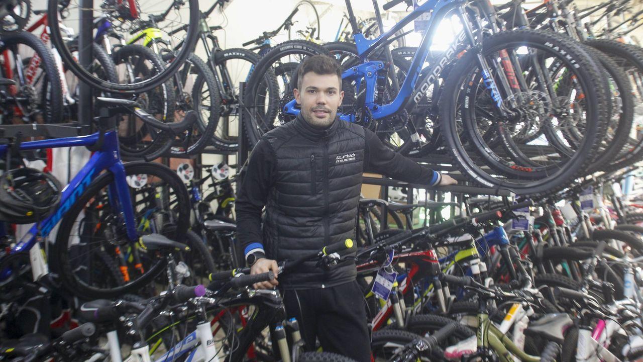 Pablo Roca, propietaria de una tienda de bicicletas en Ferrol