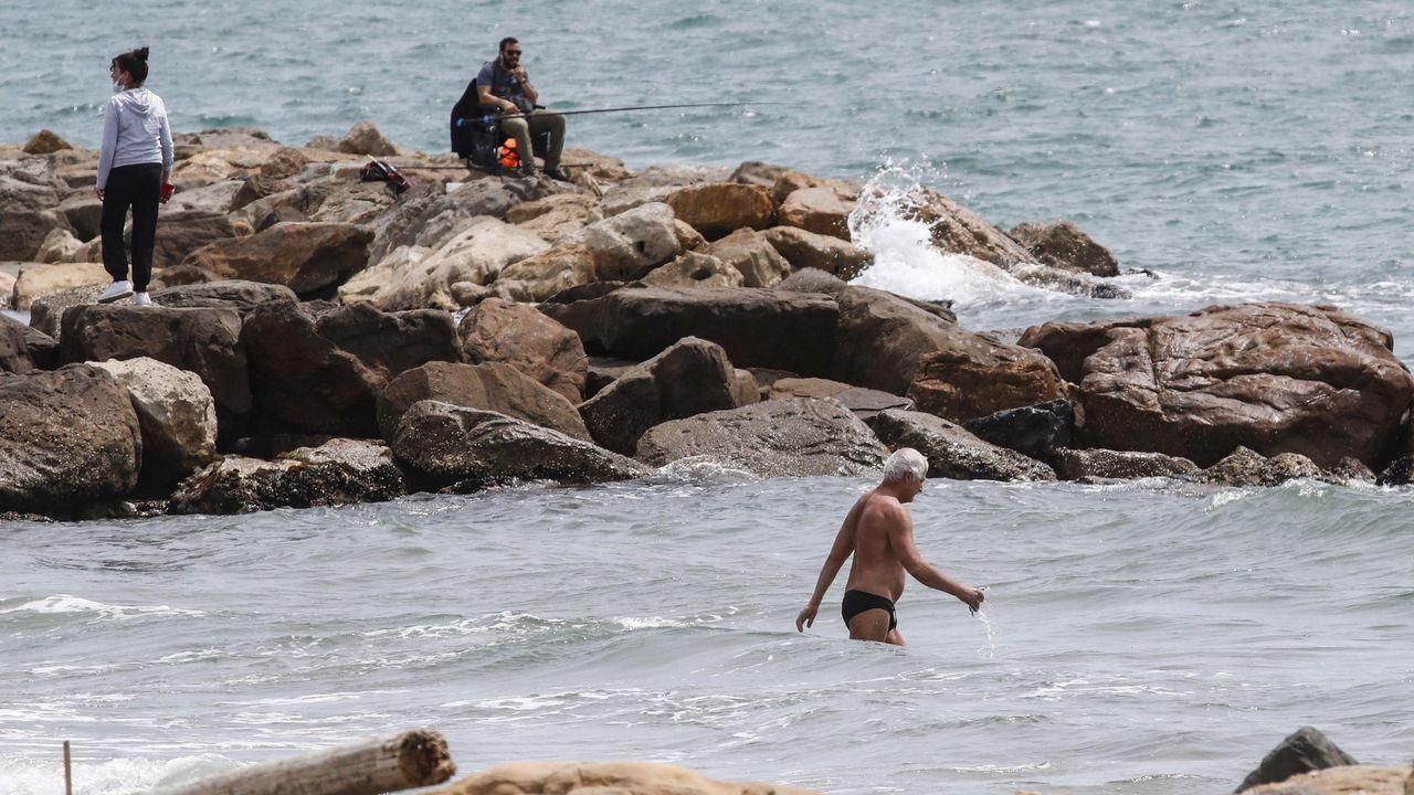 En Ladispoli, cerca de Roma, la gente ha empezado a disfrutar de la playa
