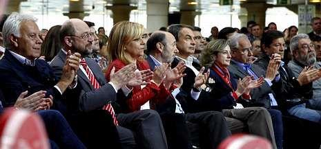 Rubalcaba: «Tenemos que votar en A para que no ganen quienes pagan en B».El PSOE celebró ayer su principal acto electoral a las europeas y quiso acallar las divisiones internas.