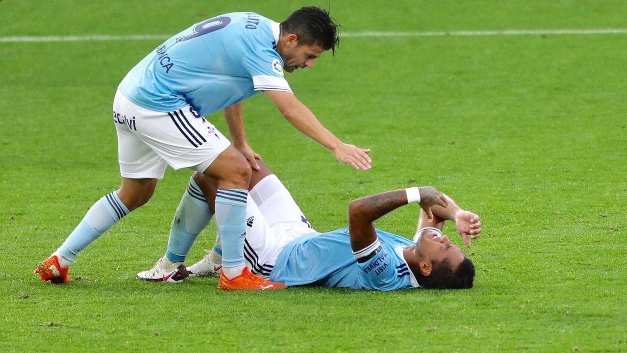 Edgar controla un balón durante el Oviedo-Castellón
