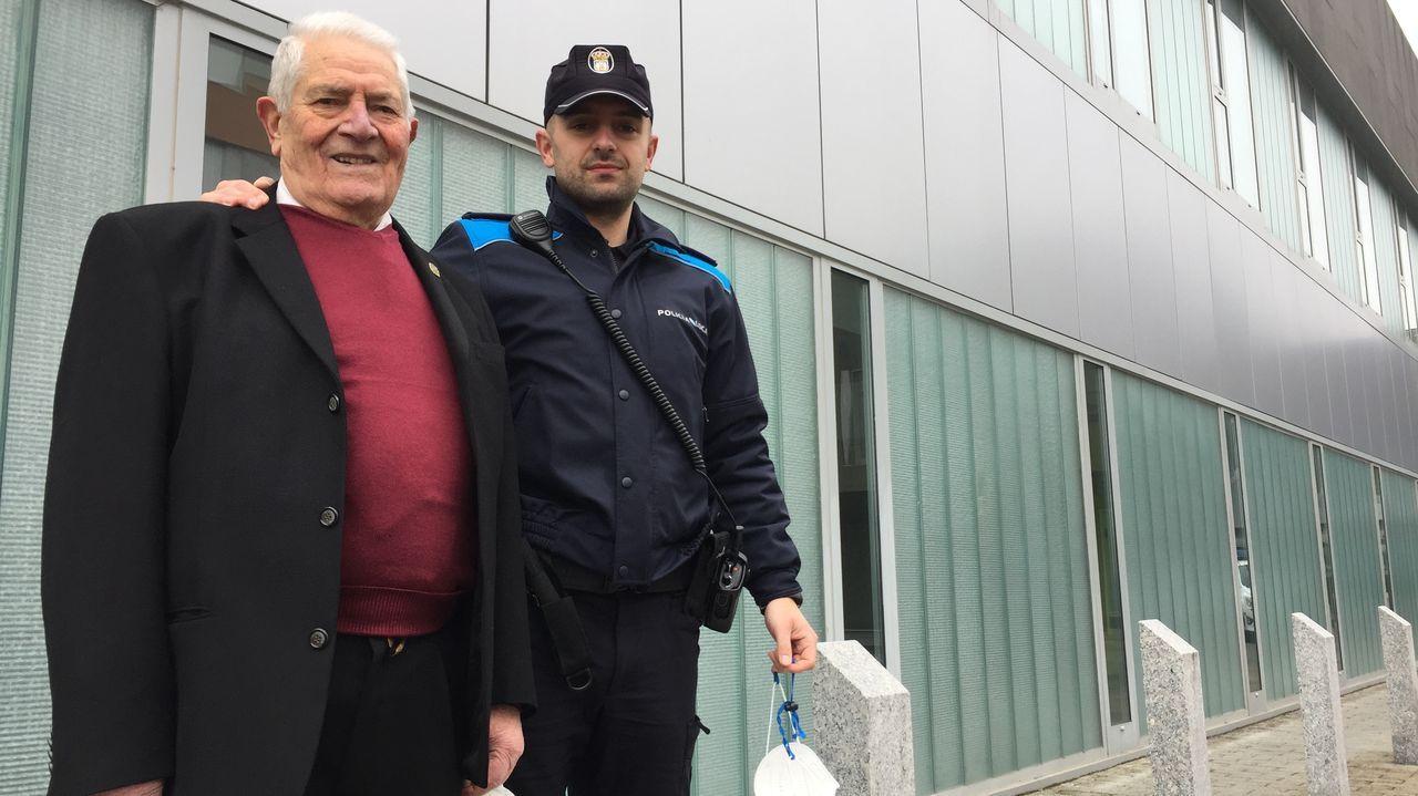 Segundo, con su nieto Álex, que ha seguido sus pasos como policía local