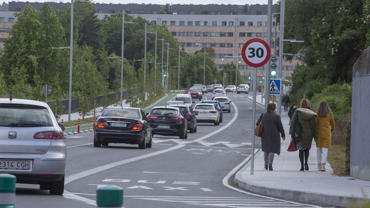 La calle Clara Campoamor, que está limitada a 30, ha visto incrementado el tráfico de vehículos y peatones con la entrada en servicio de la estación intermodal y de la pasarela peatonal que ahora conecta el Hórreo con Pontepedriña