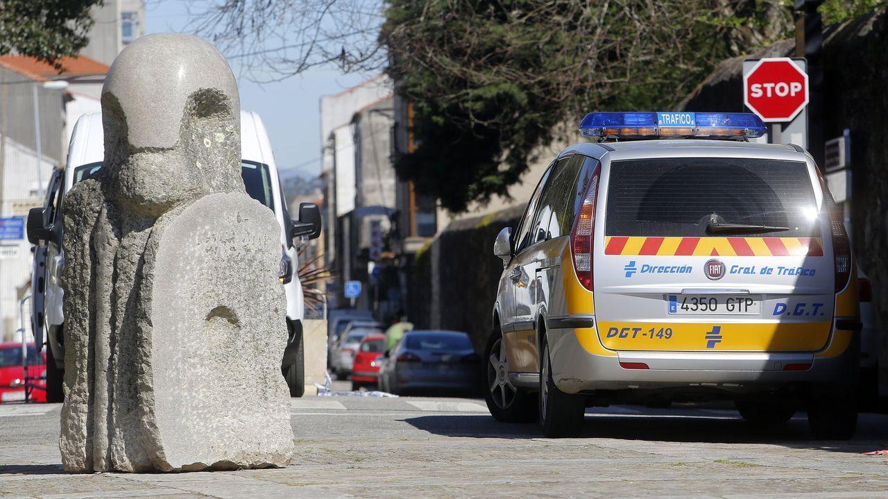 Los 30 km/h mandan en las calles de A Coruña.Operarios cambiando la señalización en Santiago este lunes