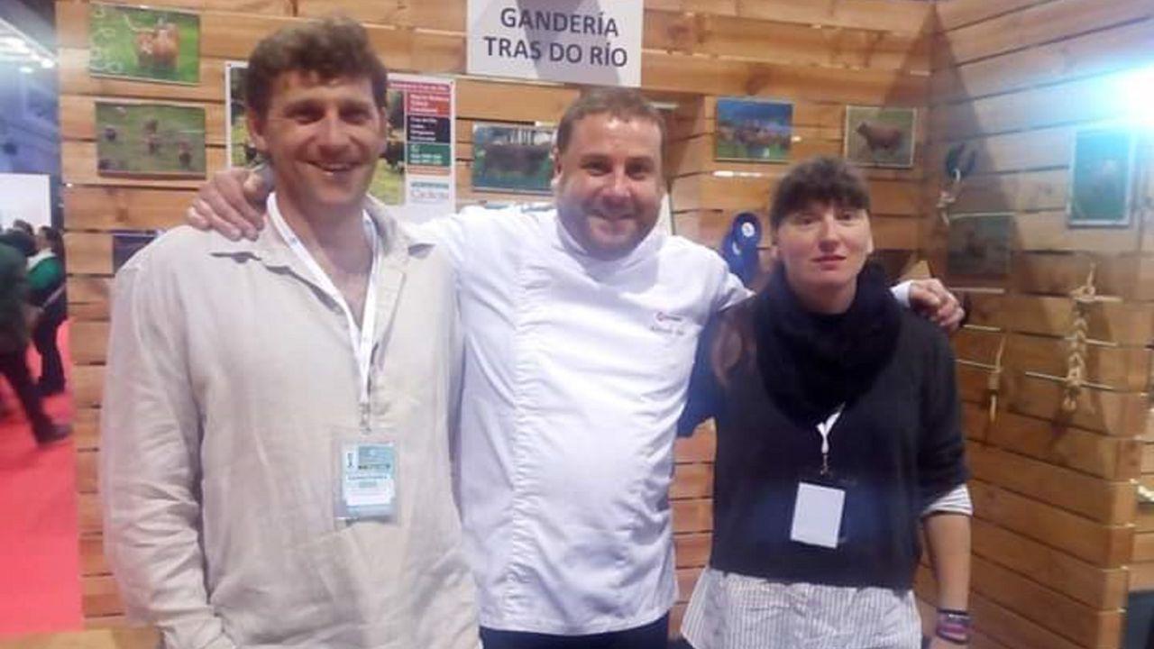 Galicia lidera las cárceles con módulos mixtos.Miguel Pernas (izquierda) y María Rebeca Yáñez, junto al hostelero eumés Antonio Díaz, uno de sus principales clientes
